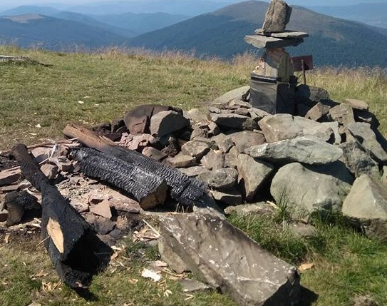 Вандалы срубили и сожгли 8-метровый поклонный крест на горе Полонина Руна